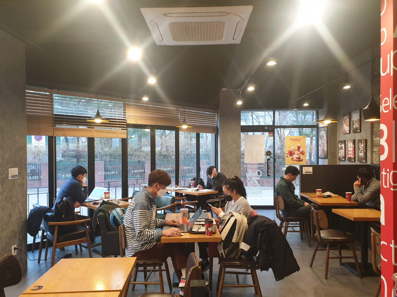 Though the COVID-19 outbreak continues, a coffee shop in Seongnam, Gyeonggi Province, has a steady turnout of customers. (Park Yuna/The Korea Herald)