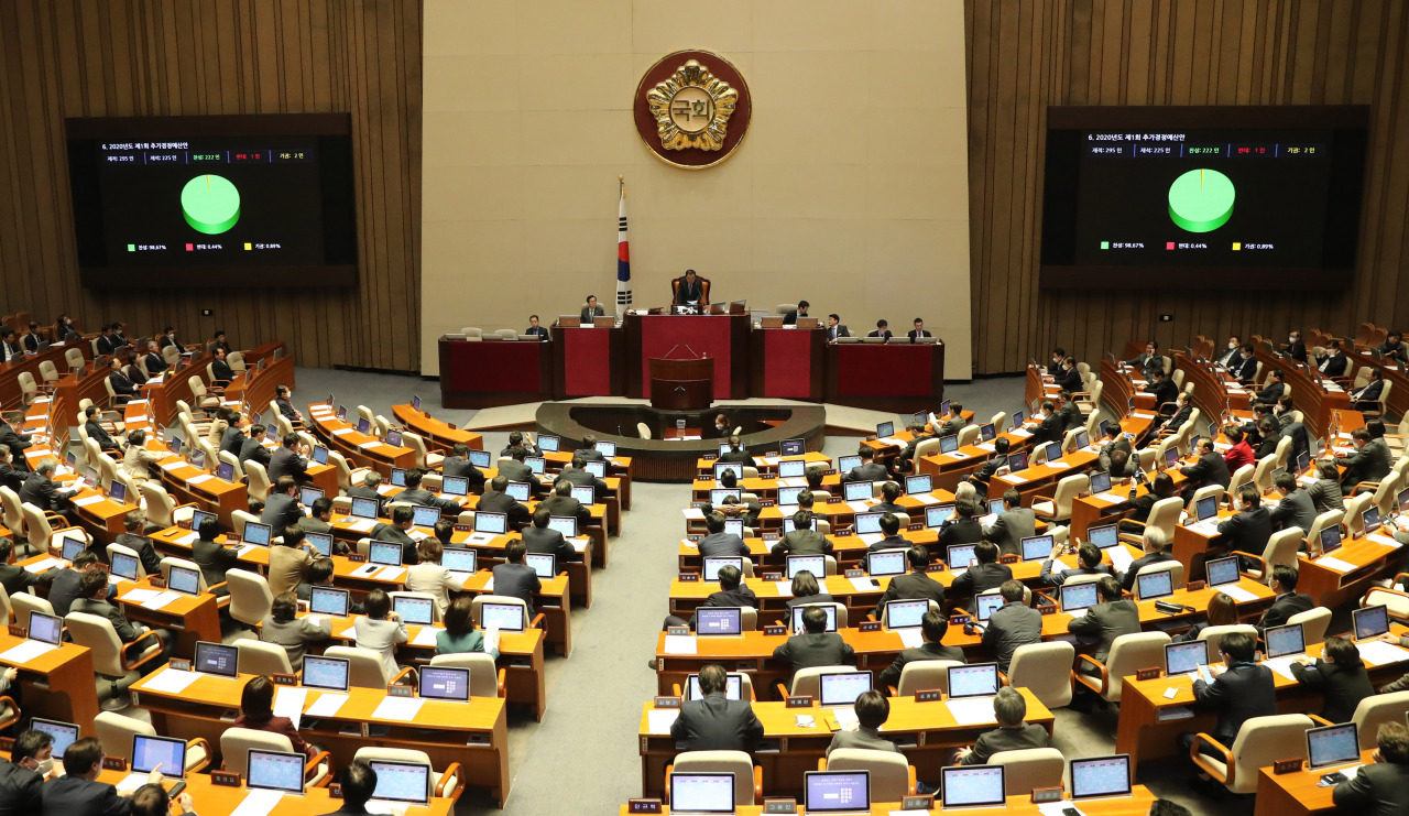 The National Assembly approves the 11.7 trillion won extra budget bill on March 17. (Yonhap)