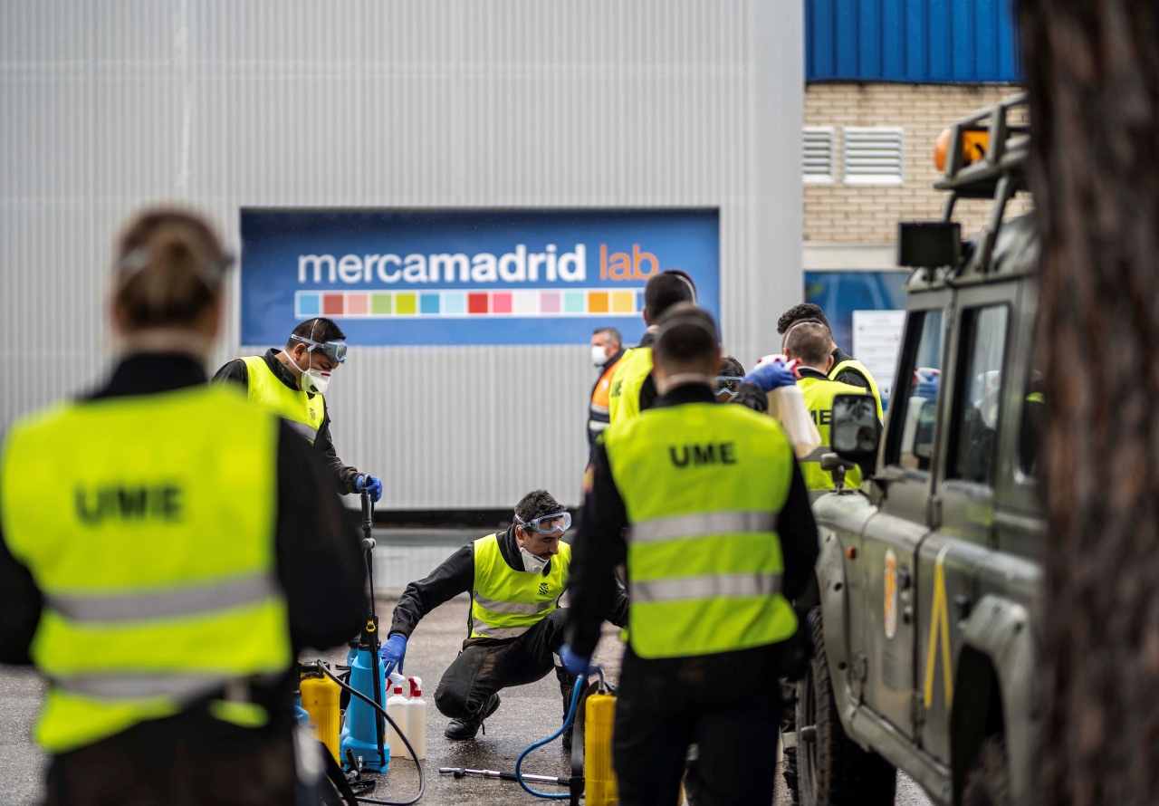 Military Emergency Unit members prepare to disinfect the pavilions of Mercamadrid Europe's biggest fresh food distribution center in Madrid, Spain on Saturday, local time. (Yonhap)