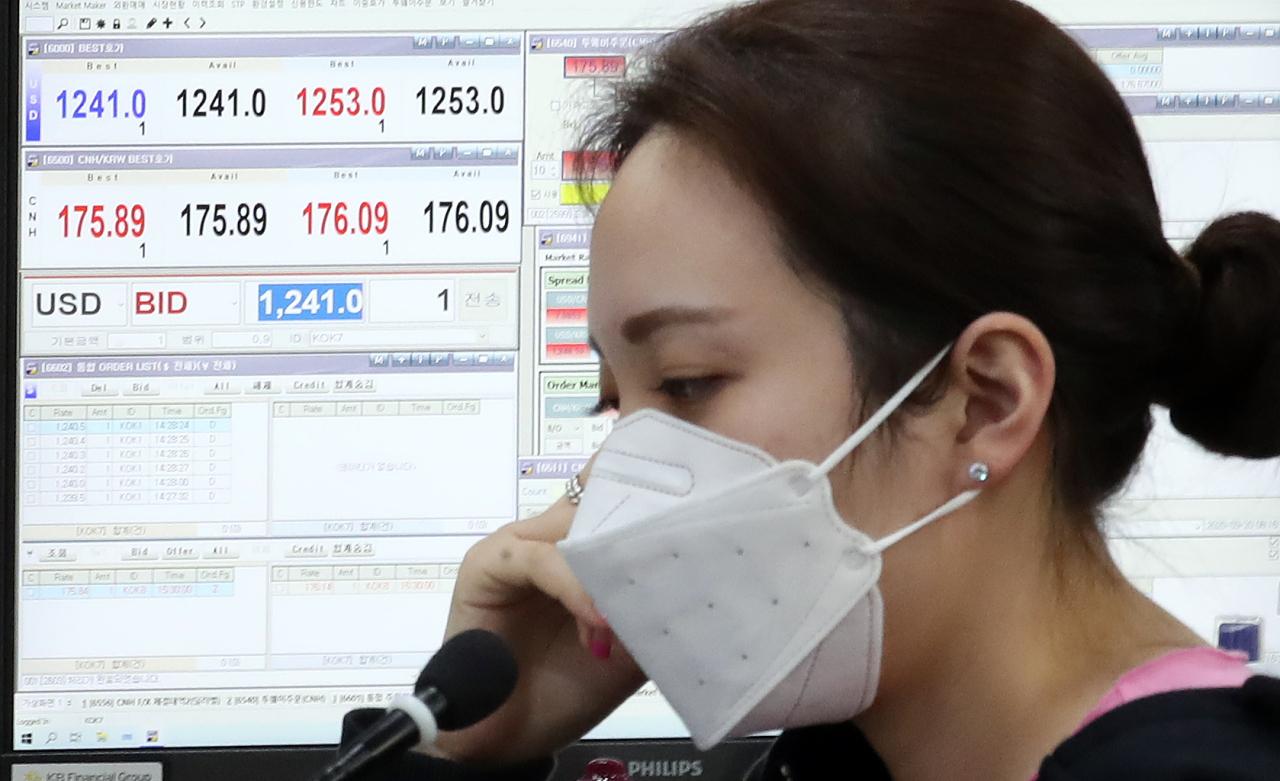 A currency dealer in a dealing room in KB Kookmin Bank headquarters in Seoul. (Yonhap)