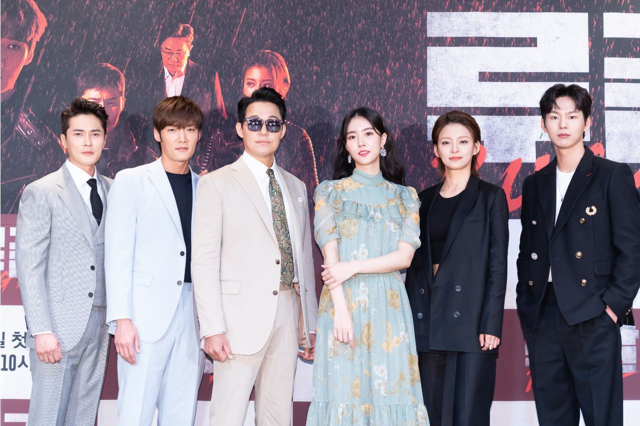"Lead cast members of OCN drama ""Rugal,"" Jo Dong-hyuk (from left), Choi Jin-hyuk, Park Sung-woong, Han Ji-wan, Jeong Hye-in and Park Sun-ho, pose for photos before an online press conference Monday. (OCN)"