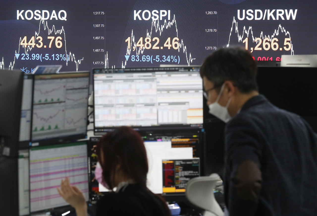 A sign at a dealing room of KB Kookmin Bank in Seoul shows Monday's closing prices of Korea's two major stock indexes and the won-dollar exchange rate. (Yonhap)
