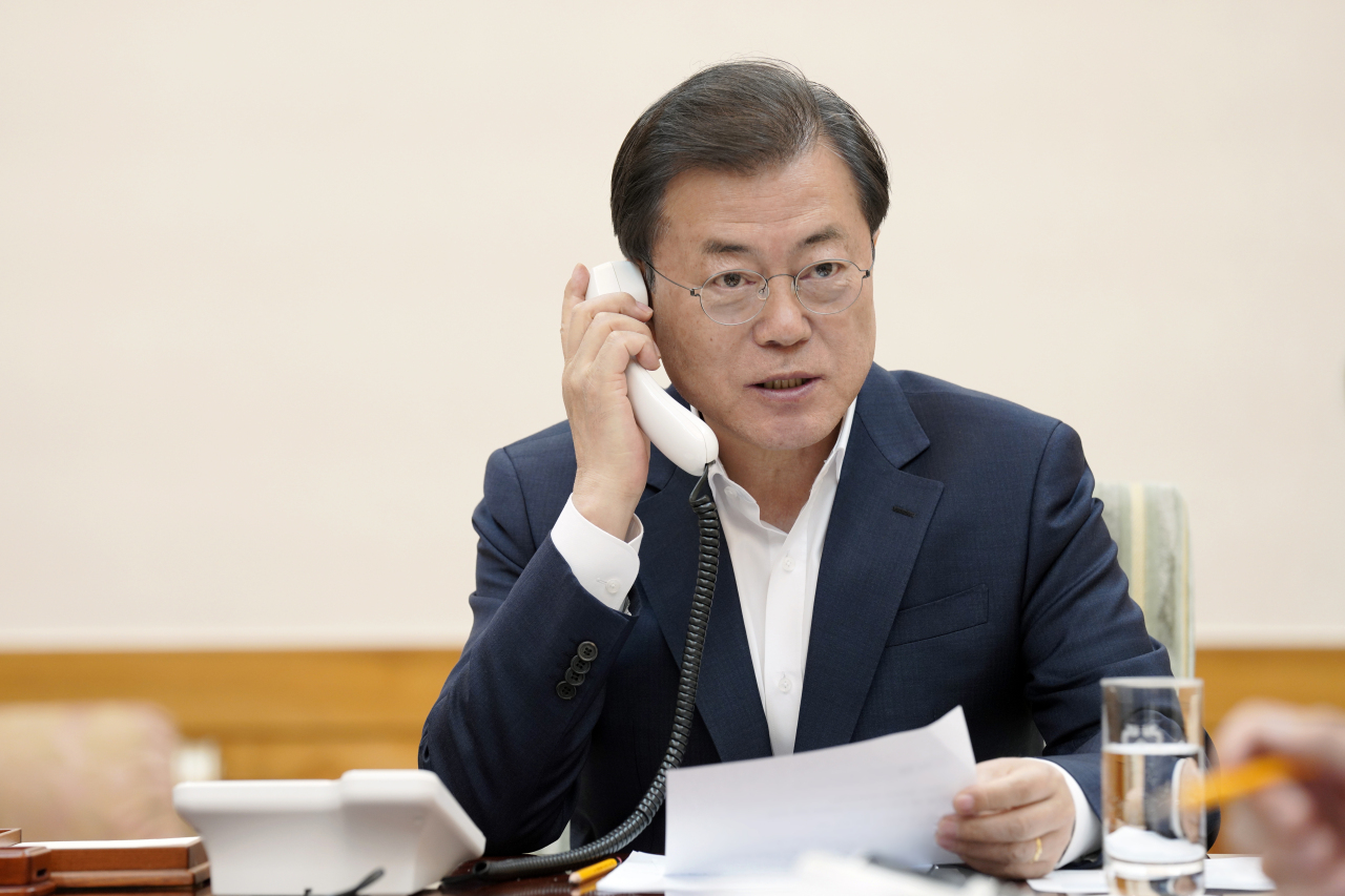 South Korean President Moon Jae-in speaks on the phone with Crown Prince Mohammed bin Salman of Saudi Arabia on Tuesday. (Yonhap)