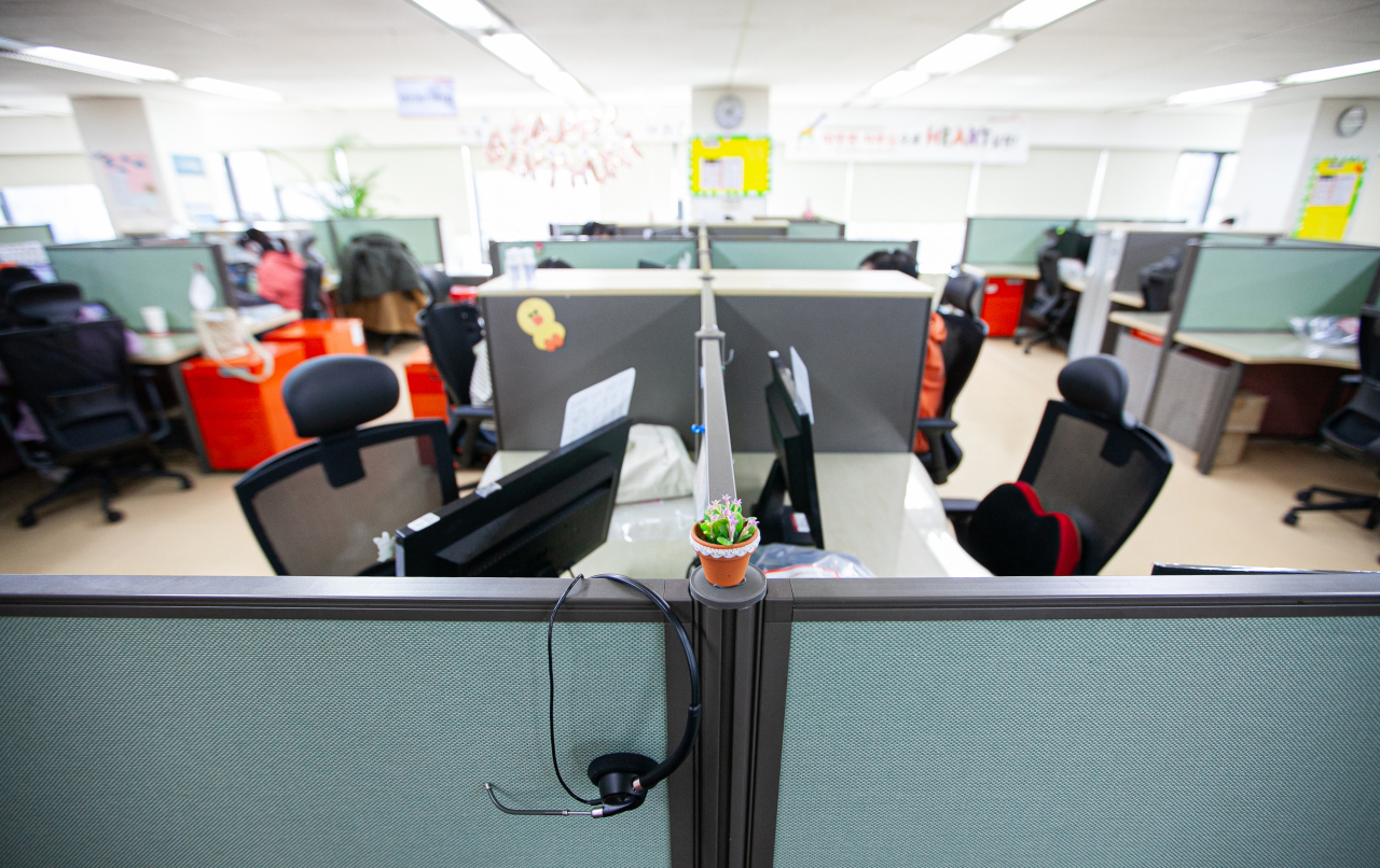 An office of a SK Telecom customer service center in Seoul remains empty on March 12, after the company allowed employees to work from home to prevent the spread of coronavirus. (Yonhap)