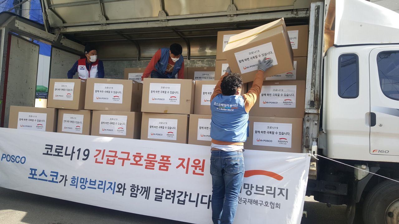 An employee loads Posco's support kits on a truck en route to Daegu on Friday. (Posco)