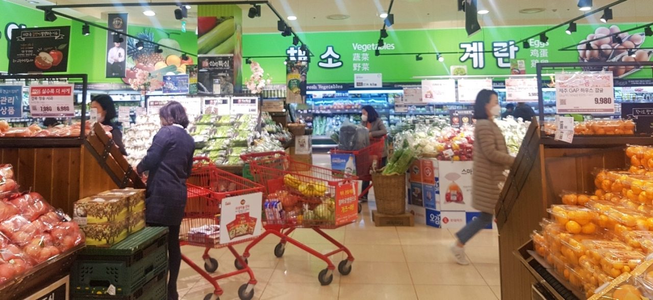 Customers shop for products at Lotte Mart. (Lotte Mart)