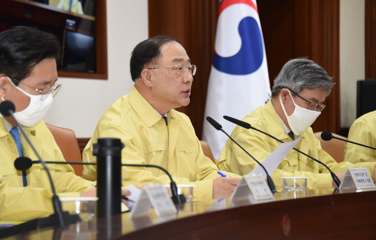 Deputy Prime Minister and Finance Minister Hong Nam-ki chairs a meeting of economy-related ministers on Wednesday. (Yonhap)