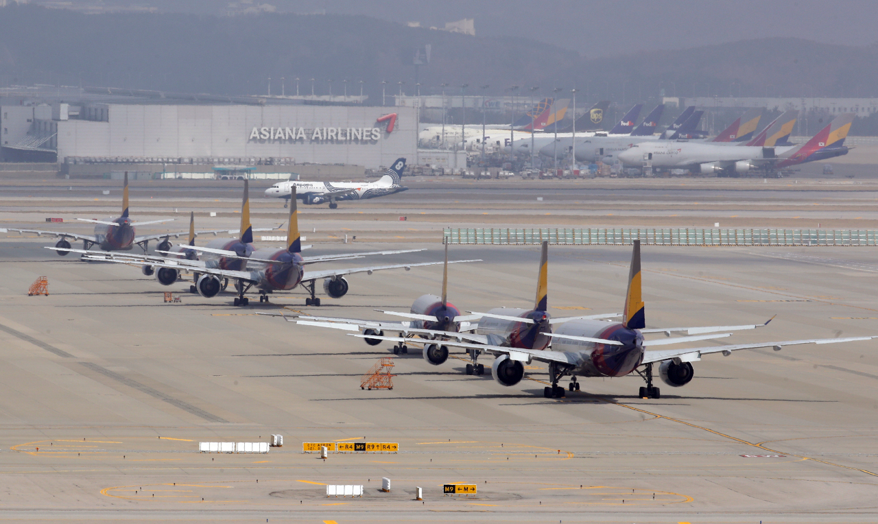 Planes are parked on the tarmac at Incheon International Airport on March 17, 2020. (Yonhap)