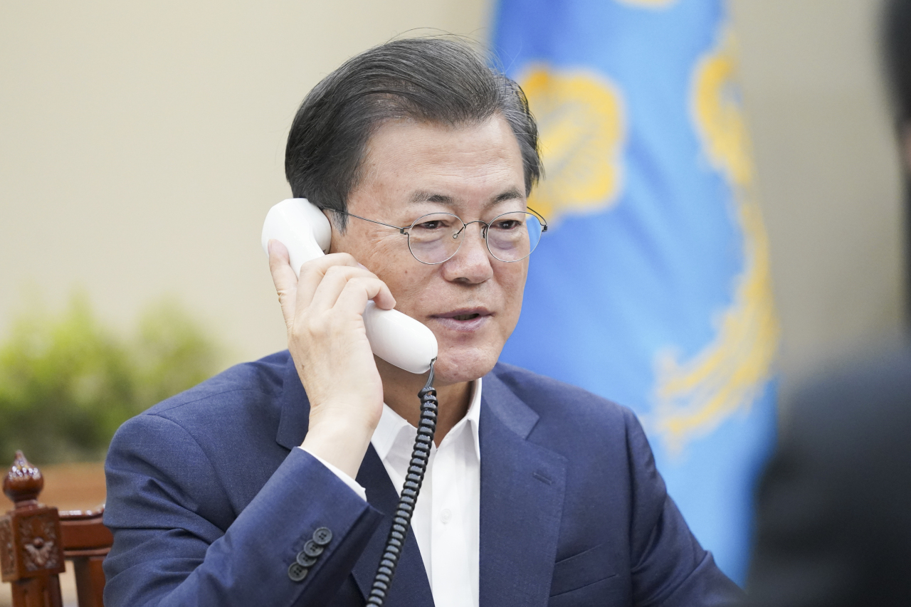 President Moon Jae-in speaks with Canadian Prime Minister Justin Trudeau on Thursday. Yonhap