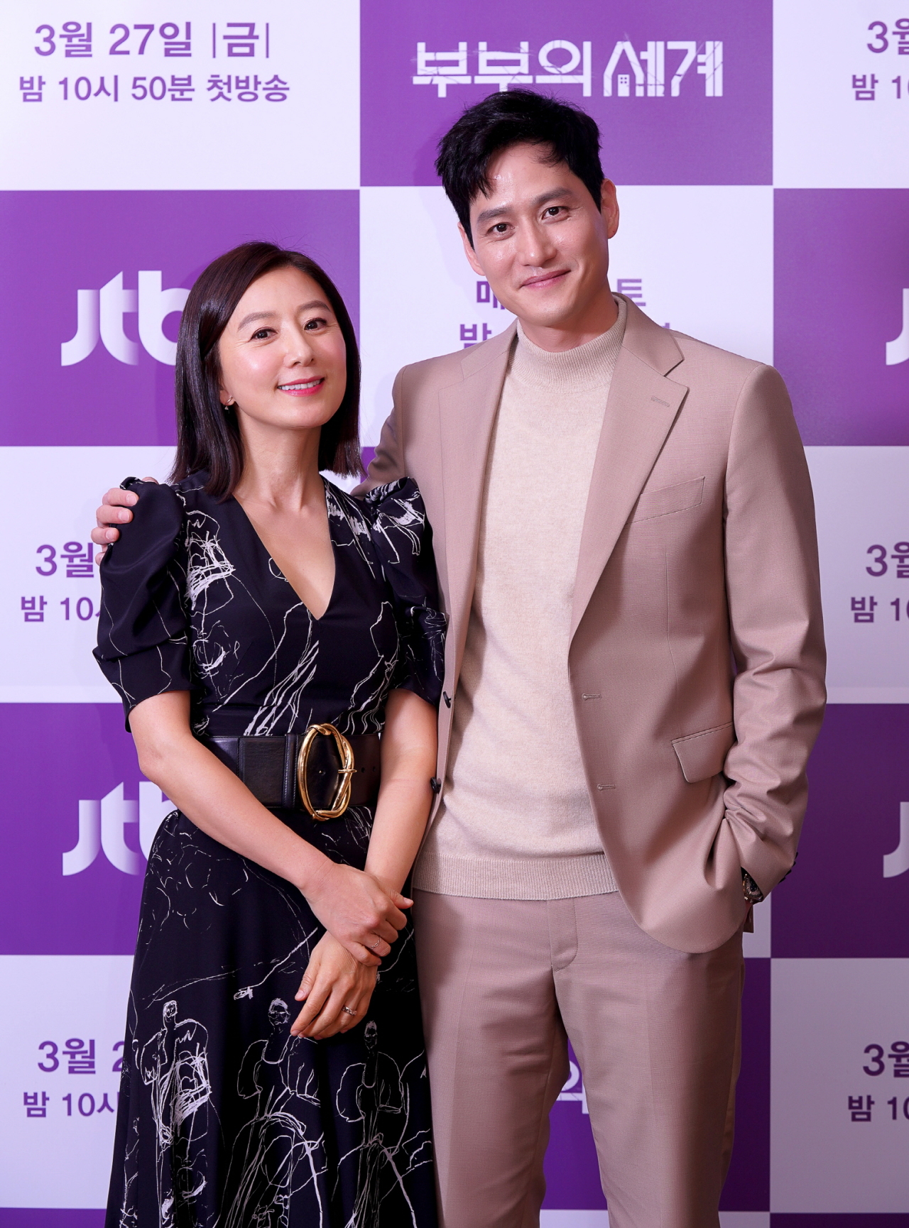 Kim Hee-ae and Park Hae-joon pose for picture before the press conference on Thursday. (JTBC)