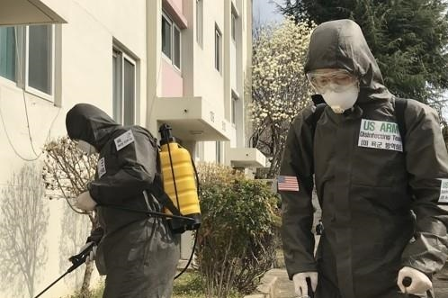United States Forces Korea soldiers decontaminate surroundings at an unidentified location. (Yonhap)
