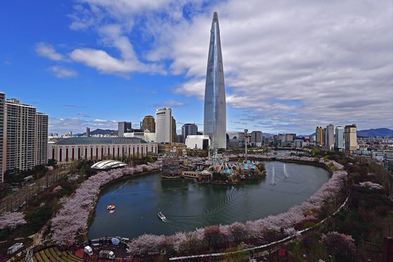 An aerial view of Seokchon Lake Park (Courtesy of Songpa-gu District Office)