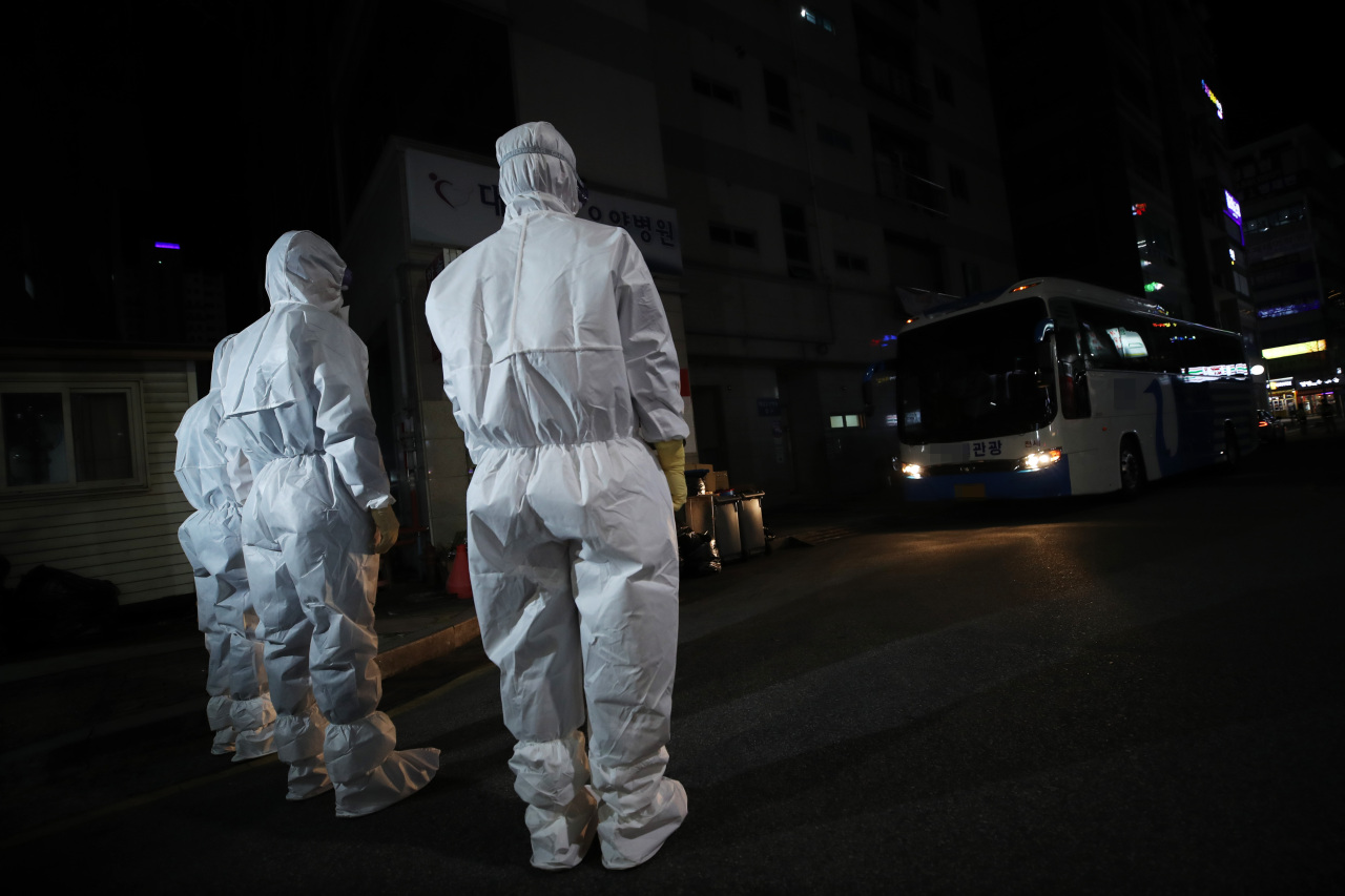 Quarantine officials are dispatched to a hosptial in the southern city of Daegu on Friday after 75 cases of coronavirus infection were confirmed among patients and staff. Yonhap