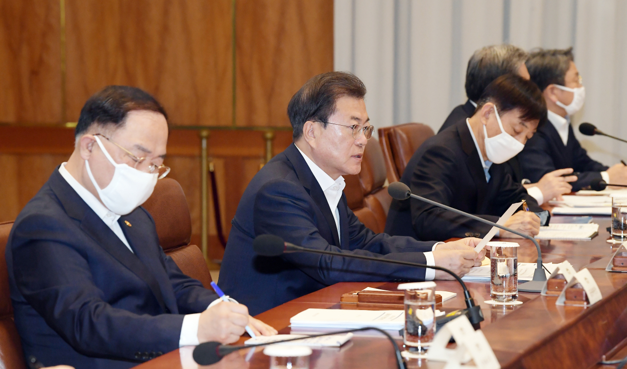 President Moon Jae-in speaks at an emergency economic council meeting at Cheong Wa Dae on March 24. (Yonhap)
