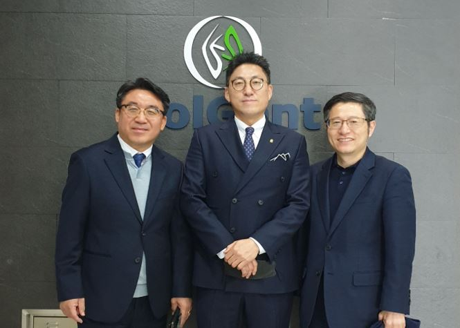 From left: Solgent Co-CEOs Seok Do-su, You Jae-hyung and Eone-Diagnomics co-CEO Shin Shang-cheol (EDGC)