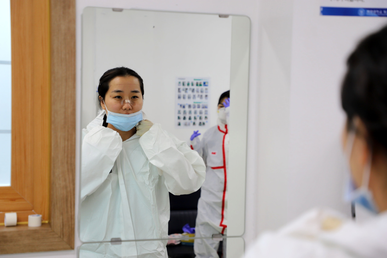 A health care worker at Daegu Dongsan Hospital puts on protective gear before her shifts begin. (Keimyung University Dongsan Hospital)