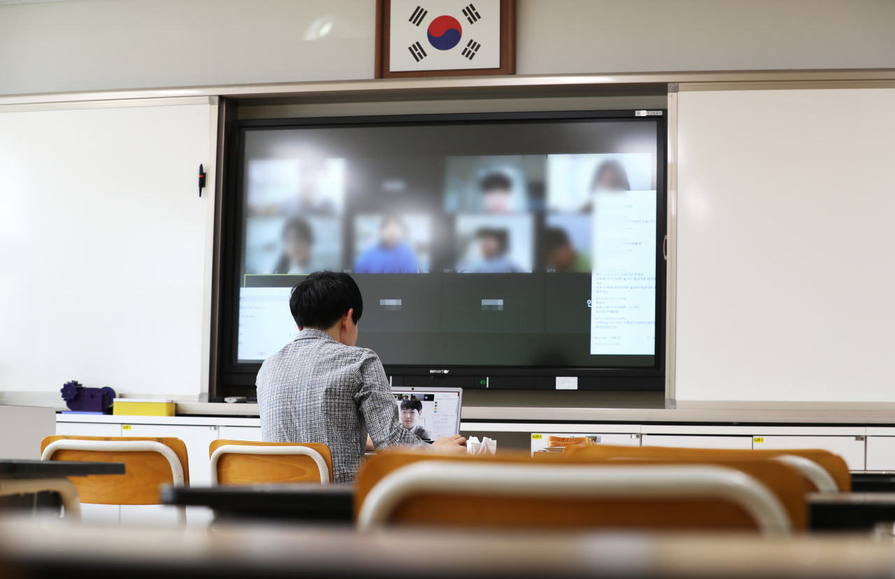 Elementary school teacher in Sejong City tests online class with students on March 30. (Yonhap)
