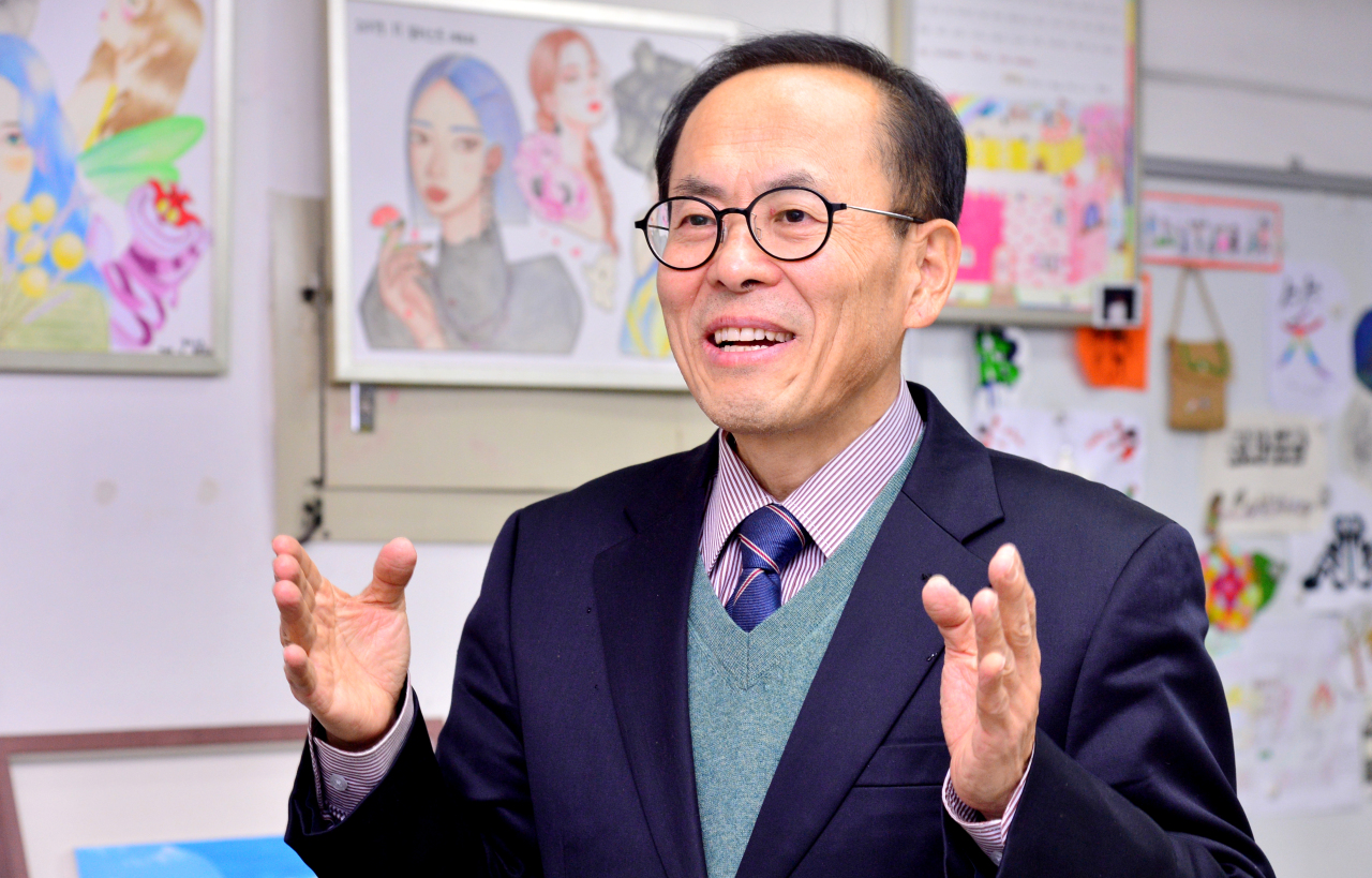 Yeomyung School Principal Lee Heung-hoon speaks during an interview with The Korea Herald inside the classroom in Jung-gu, central Seoul. (Park Hyun-koo/The Korea Herald)
