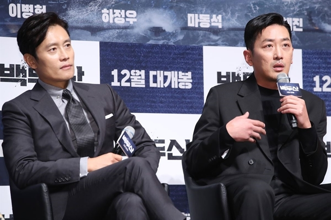 "Actors Lee Byung-hun (left) and Ha Jung-woo attend a press conference for the film ""Ashfall"" in Seoul on Nov. 19, 2019. Lee and Ha have been cast for upcoming films ""Emergency Declaration"" and ""Kidnapped,"" respectively. (Yonhap)"