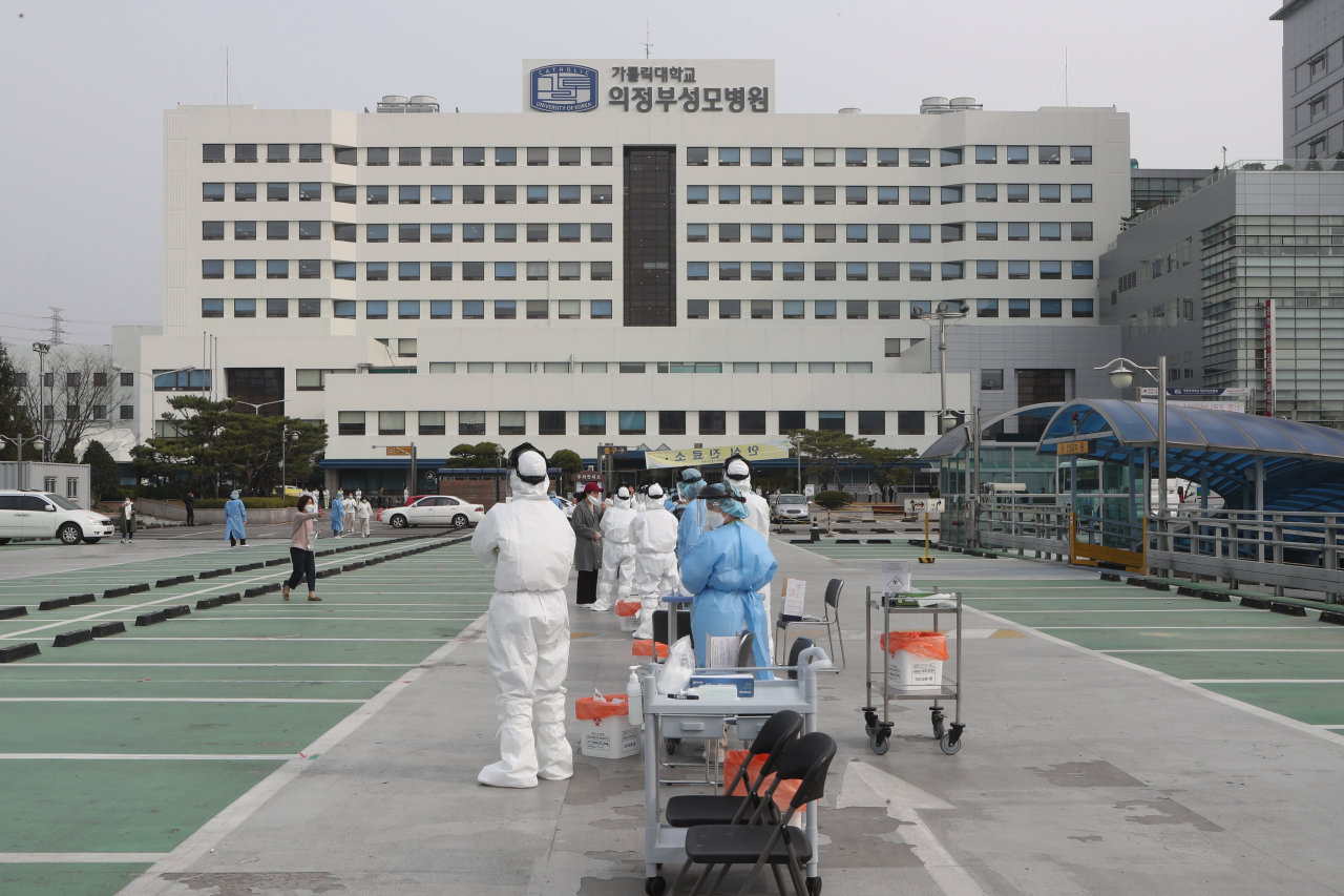 Medical staff at Uijeongbu St. Mary's Hospital in Gyeonggi Province receive testing for COVID-19 at a screening center set up at the hospital parking lot, Wednesday. More than 10 people linked to the hospital have come down with the virus in the span of three days, as of Wednesday. (Yonhap)