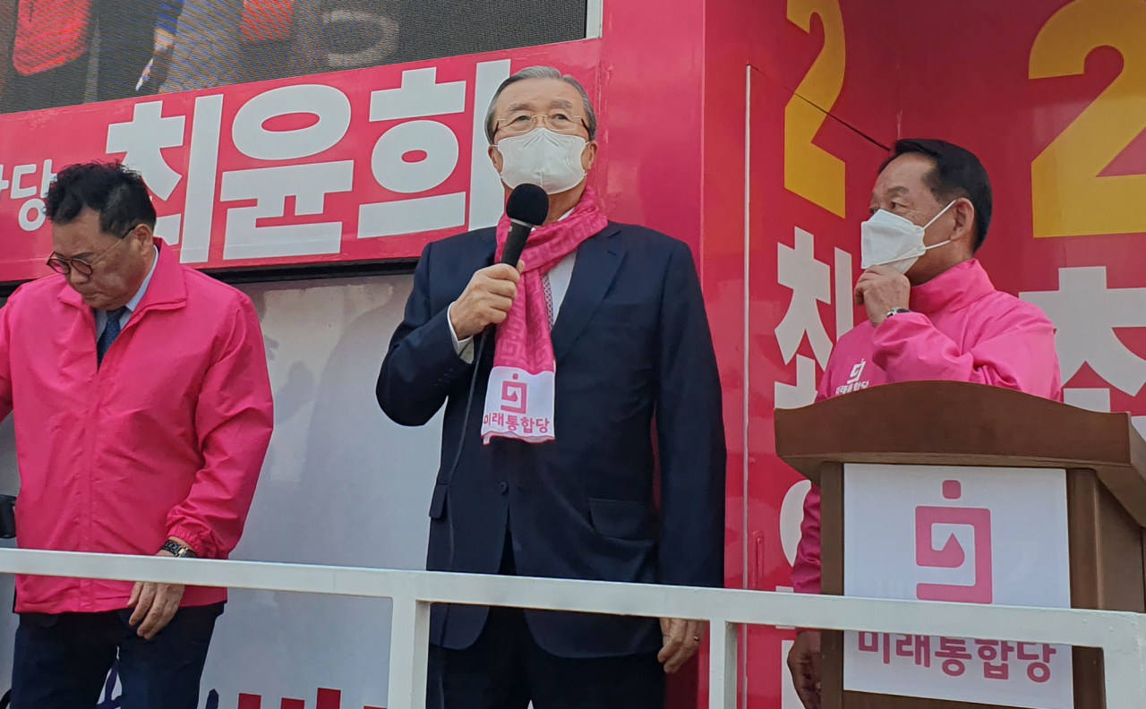 United Future Party election committee chief Kim Chong-in (center) attends a campaign event on Thursday. Yonhap