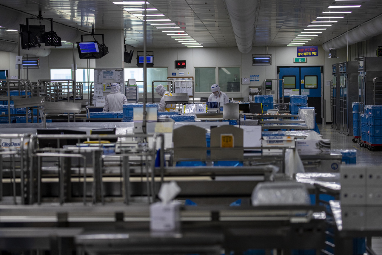 An employee prepares meals at Korean Air's in-flight meal manufacturing center inside Incheon Airport on Thursday. (Yonhap)