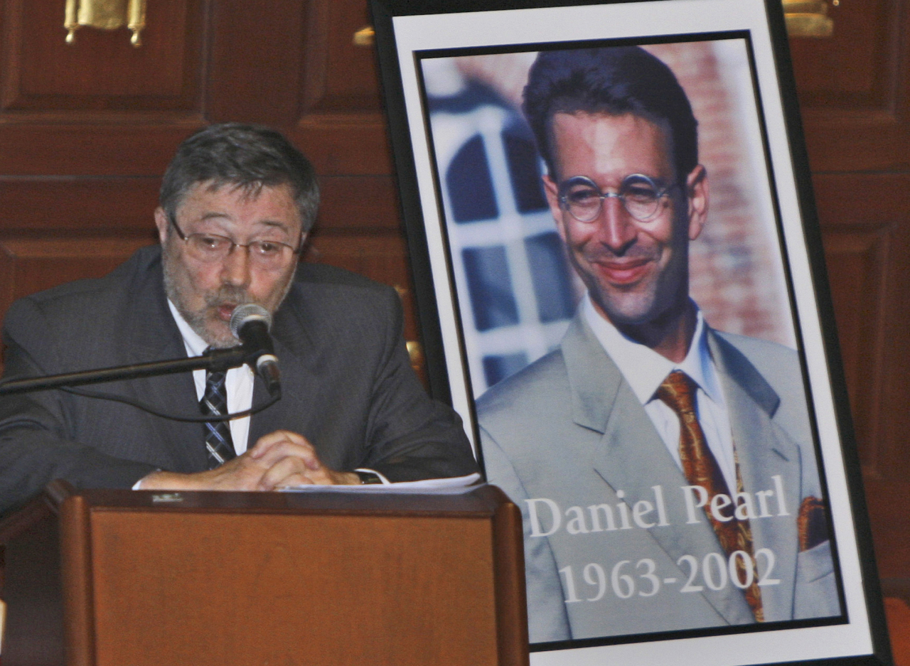 In this April 15, 2007, file photo, Dr. Judea Pearl, father of American journalist Daniel Pearl, who was killed by terrorists in 2002, speaks in Miami Beach, Fla. A Pakistani court on Thursday, April 2, 2020, overturned the murder conviction of a British Pakistani man found guilty of the kidnapping and murder of Wall Street journalist Daniel Pearl. (AP-Yonhap)