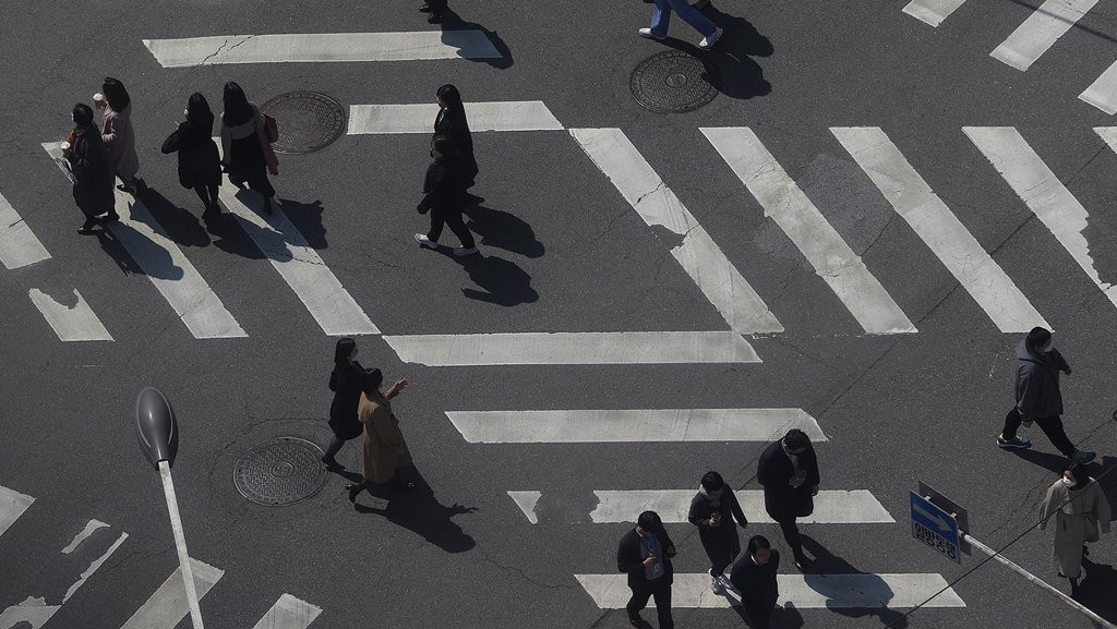 People walk across an intersection in Seoul (Yonhap)