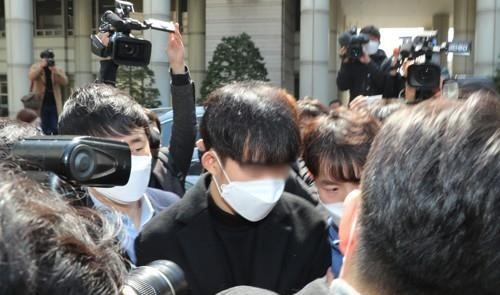 A former public service worker surnamed Choi leaves the Seoul Central District Court in Seoul on April 3, 2020, after attending his arrest warrant hearing. (Yonhap)