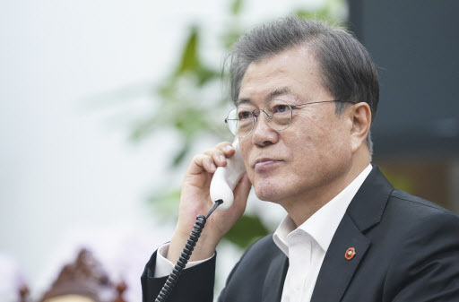 President Moon Jae-in talks by phone with Vietnamese Prime Minister Nguyen Xuan Phuc, at Cheong Wa Dae in Seoul on Friday. (Yonhap)