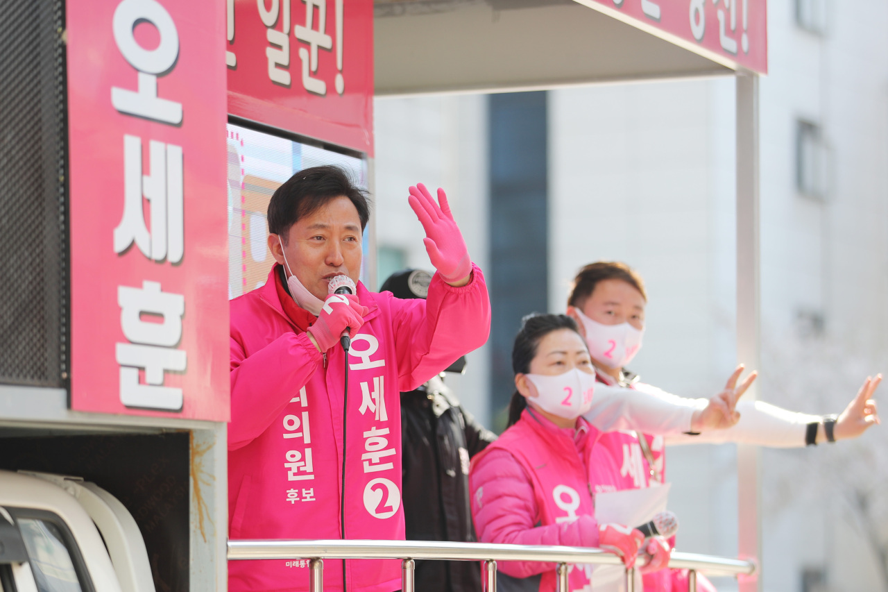 United Future Party's Oh Se-hoon, running in Seoul's Gwangjin-gu, appeal to voters on Sunday. Yonhap
