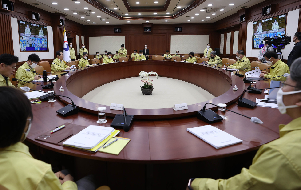 Government officials hold COVID-19 meeting on Sunday. (Yonhap)