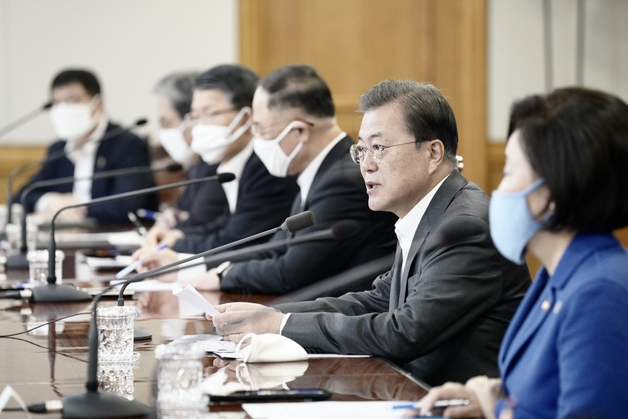 President Moon Jae-in speaks at the meeting with heads of financial institutions on Monday. Yonhap