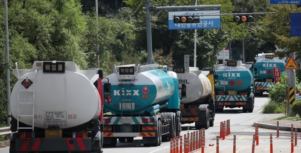 Tankers enter the headquarters of Daehan Oil Pipeline Corp. in Seongnam, east of Seoul, on Sept. 17, 2019. (Yonhap)