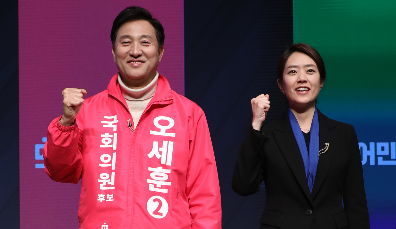 Rival candidates Oh Se-hoon (L)from the United Future Party and Ko Min-jung (R) from the Democratic Party pose for photo before their debate in Seoul on April 3, 2020ahead of the April 15 parliamentary election. (Yonhap)