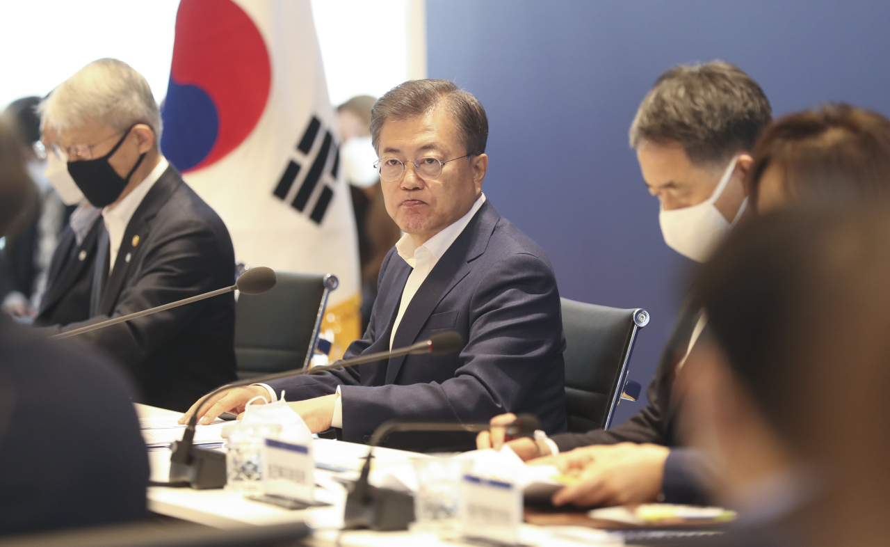 President Moon Jae-in speaks during a meeting with representatives of government bodies, universities, research institutions, hospitals and pharma companies on prospects for COVID-19 vaccines and therapeutics at Institut Pasteur Korea in Seongnam, Gyeonggi Province, Thursday. (Yonhap)