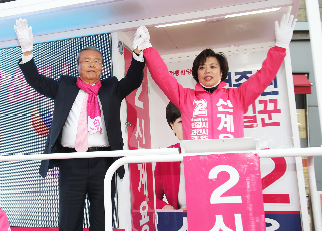 Kim Chong-in, chief of main opposition United Future Party`s election committee, supports campaign of Shin Gye-yong, the party`s candidate for Uiwang-Gwacheon constituency on Thursday. Yonhap