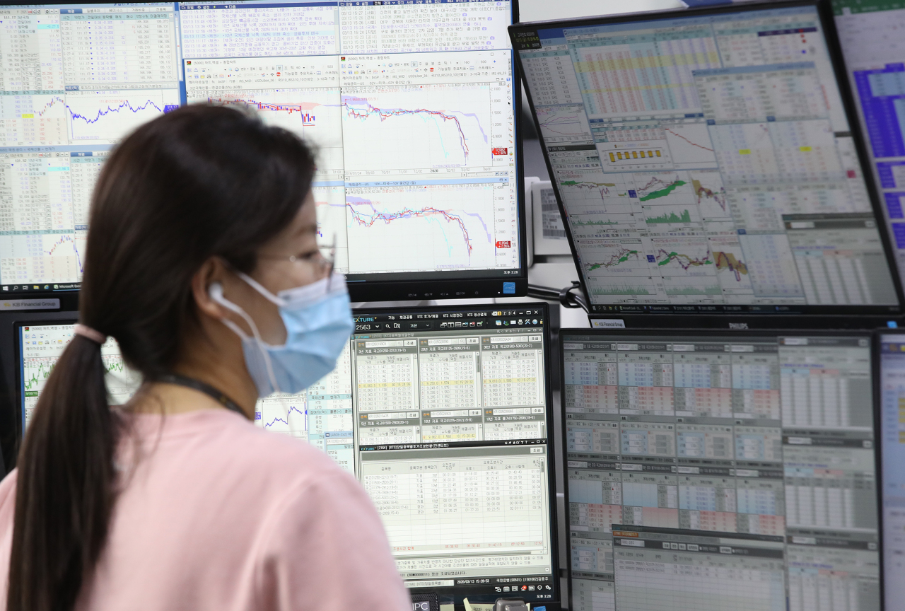 A currency dealer in a dealing room of Hana Bank in Seoul (Yonhap)