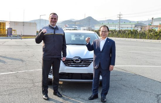 Renault Samsung CEO Dominique Signora (left) and Busan Mayor Oh Keo-don (right) (Renault Samsung)
