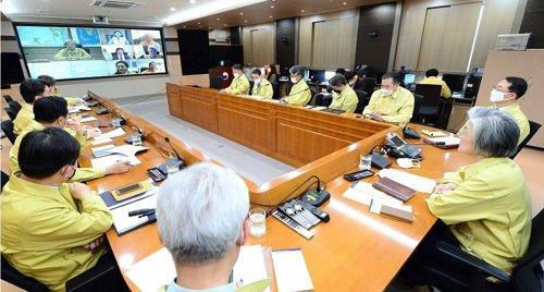 Foreign Minister Kang Kyung-wha (R) holds a video conference with chiefs of South Korean overseas missions in Europe to check the coronavirus situation on March 17, 2020, in this photo provided by her office. (PHOTO NOT FOR SALE) (Yonhap)
