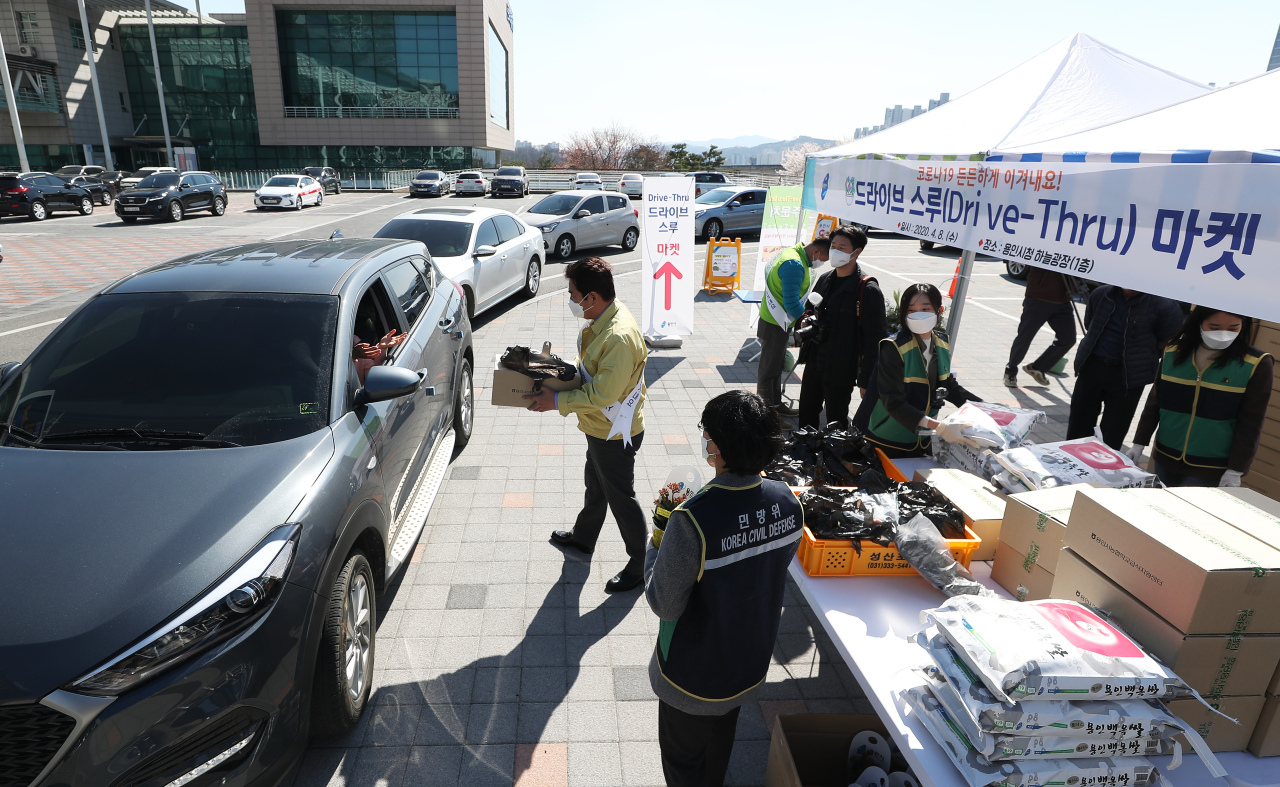 Citizens purchase goods at a drive-thru market in Yongin, Gyeonggi Province, Wednesday. (Yonhap)