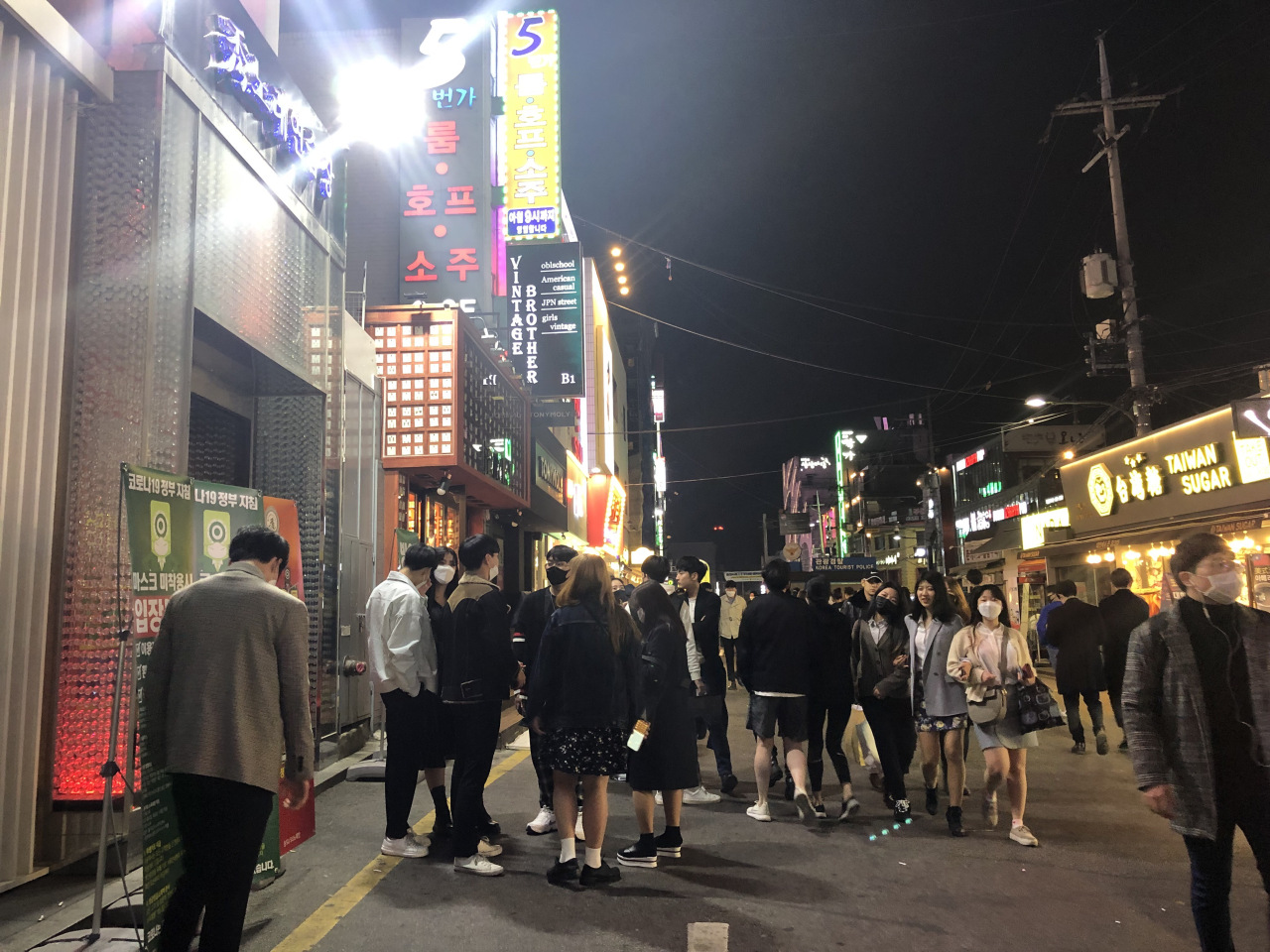 People hang out in the Hongdae nightlife district Saturday night. (Ock Hyun-ju/The Korea Herald)