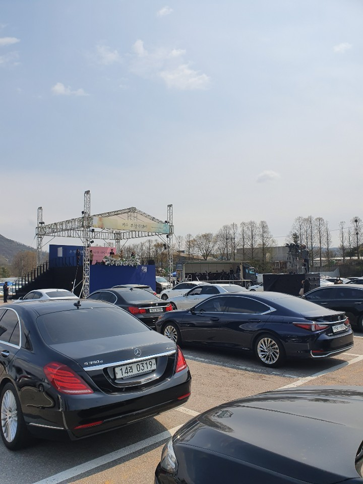 Over 200 cars are parked for Onnuri Church's drive-in Easter service. (Lim Jang-won/The Korea Herald)