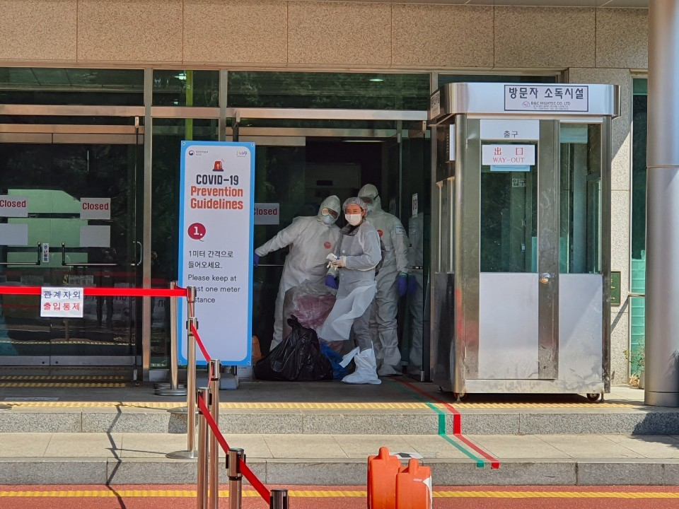 Medical staffers at the entrance of a treatment center for foreign patients in Paju, Gyeonggi Province (courtesy of nurse)