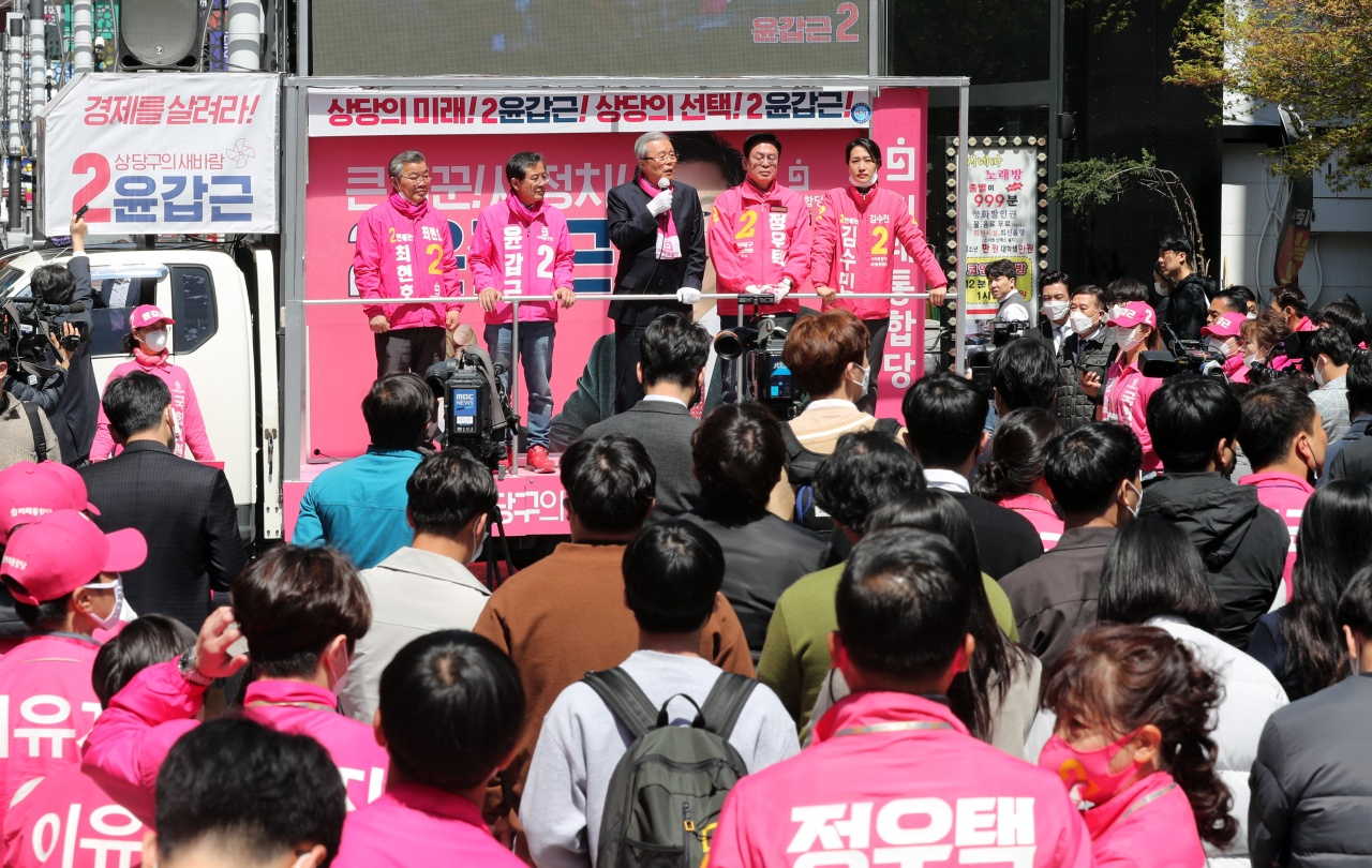 United Future Party`s election committee chief Kim Chong-in (center) attends a rally in Cheongju, North Chungcheong Province on Monday. Yonhap