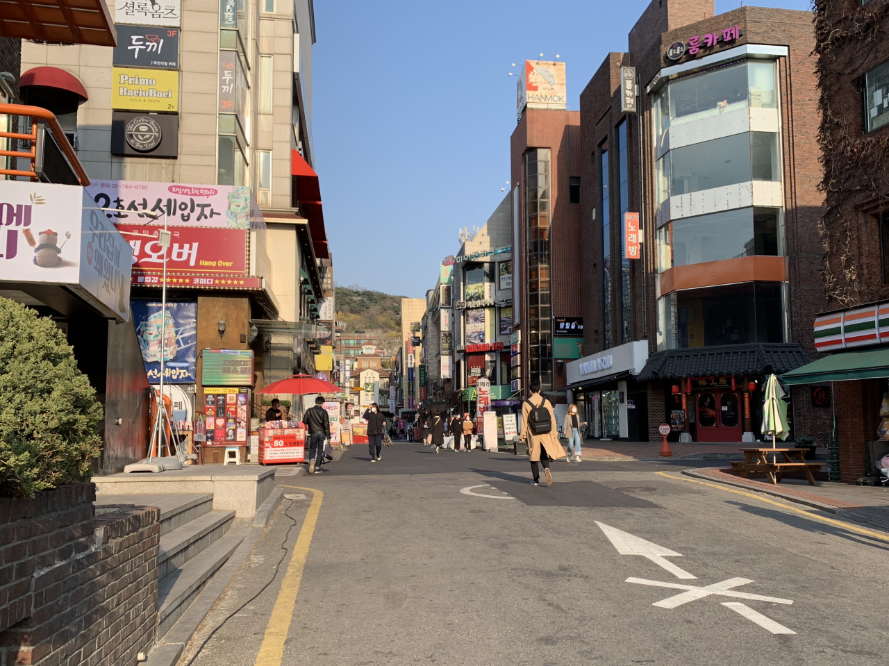 A street in Daehangno, an area known for its small theaters, remains quiet Thursday afternoon. (Im Eun-byel/The Korea Herald)