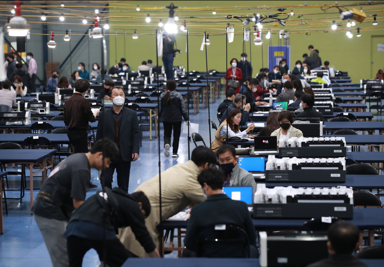 Election officials prepare for ballot counting (Yonhap)