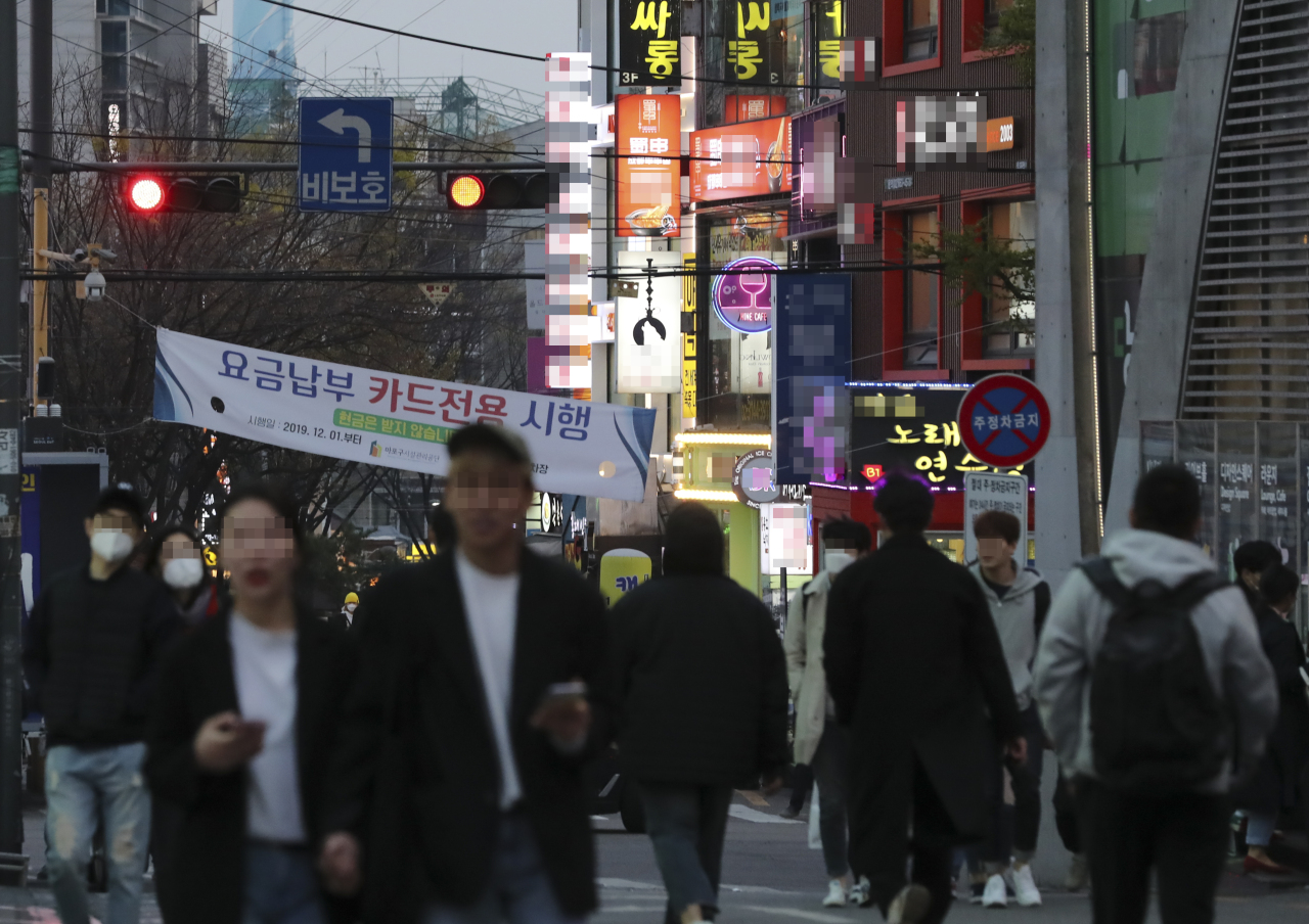 People fill the streets of Hongdae on Friday night despite social distancing. (Yonhap)