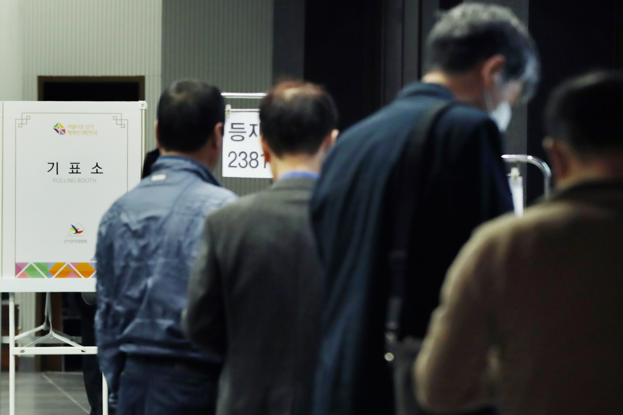 Voters wait in line at a polling station in Seoul on Wednesday. (Yonhap)