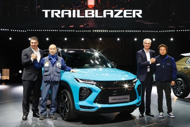 GM Korea CEO Kaher Kazem (left) and GM Korea labor union head Kim Seong-kab (second from left) pose with the Trailblazer during the SUV's launch event in January. (GM Korea)